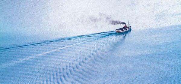 Båt på vatten rök
